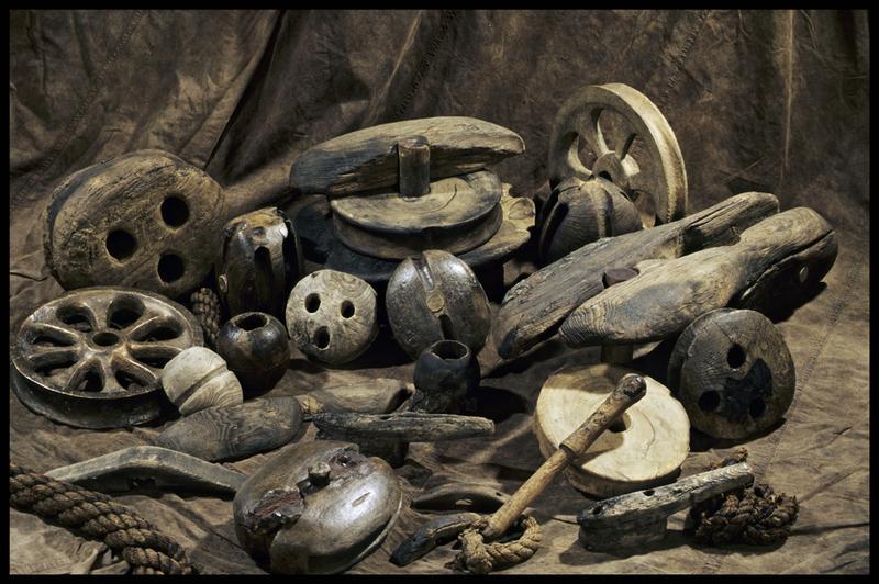 Vue des divers éléments de bois découverts (roue, accastillage, manche...) (fouille M. L'Hour/Drassm, E. Veyrat/Drassm).