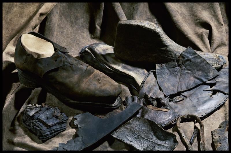 Vue d'une chaussure et de divers éléments de cuir (fouille M. L'Hour/Drassm, E. Veyrat/Drassm).