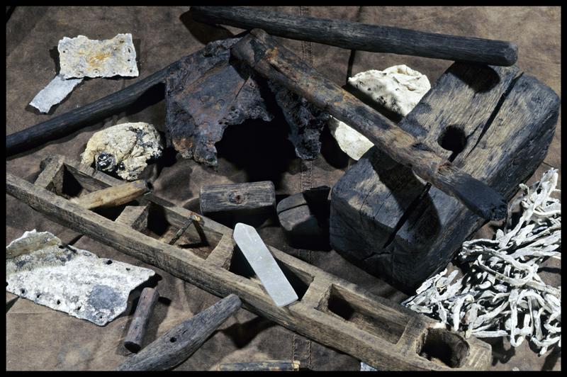 Vue de divers éléments de charpenterie en bois (casier, maillet), métal (feuille de plomb et ligatures) et bloc de résine de calfatage (fouille M. L'Hour/Drassm, E. Veyrat/Drassm).