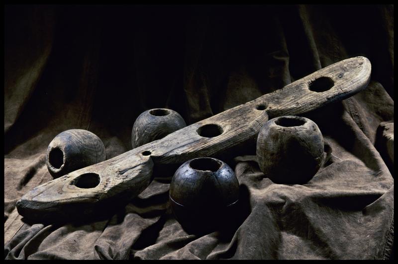 Vue de quatre pommes de racage de bois et d'un élément de bois (fouille M. L'Hour/Drassm, E. Veyrat/Drassm).