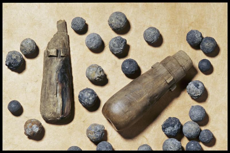 Vue de deux manches de bois et balles de plomb (fouille M. L'Hour/Drassm, E. Veyrat/Drassm).