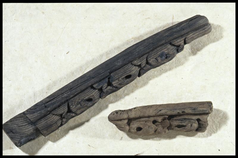 Vue de deux éléments ornés de bois (fouille M. L'Hour/Drassm, E. Veyrat/Drassm).