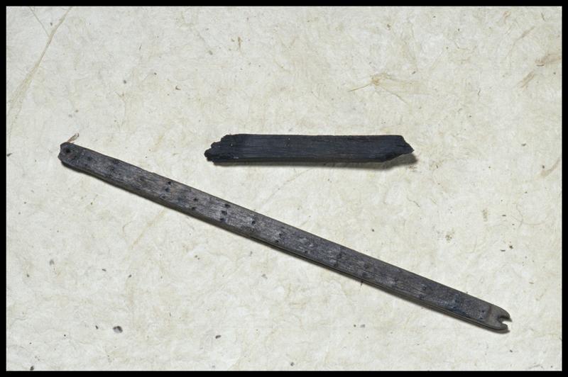 Vue de deux navettes de ramaillage de filet de bois (fouille M. L'Hour/Drassm, E. Veyrat/Drassm).