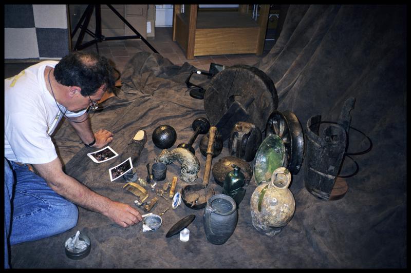Vue du photographe verifiant la disposition des pièces à photographier (fouille M. L'Hour/Drassm, E. Veyrat/Drassm).