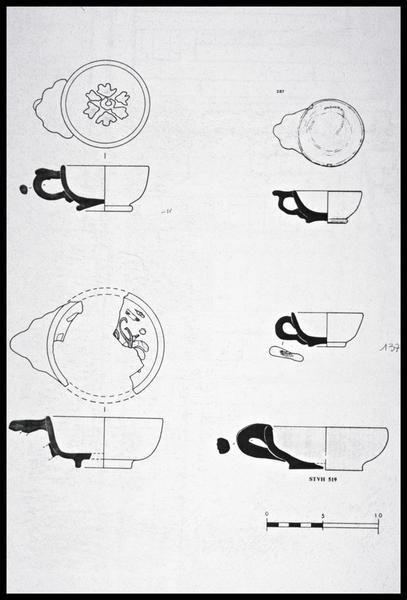 Vue du dessin de cinq tasses à anse polylobée en faïence (fouille M. L'Hour/Drassm, E. Veyrat/Drassm).
