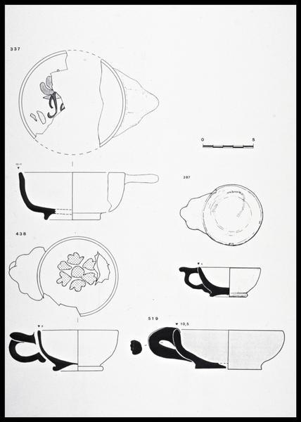 Vue du dessin de quatre tasses à anse polylobée de faïence (fouille M. L'Hour/Drassm, E. Veyrat/Drassm).