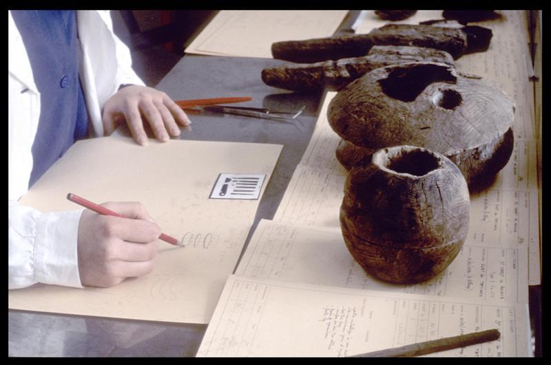 Vue du travail réparatoire avant restauration des objets de bois (mesure, dessin d'assemblage) (fouille M. L'Hour/Drassm, E. Veyrat/Drassm).