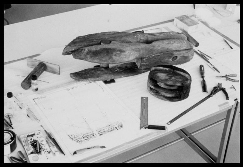 Vue de deux poulie de bois en cours de restauration (fouille M. L'Hour/Drassm, E. Veyrat/Drassm).