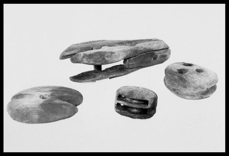 Vue des différents types d'accastillage (poulie, pomme de racage, réa) de bois (fouille M. L'Hour/Drassm, E. Veyrat/Drassm).