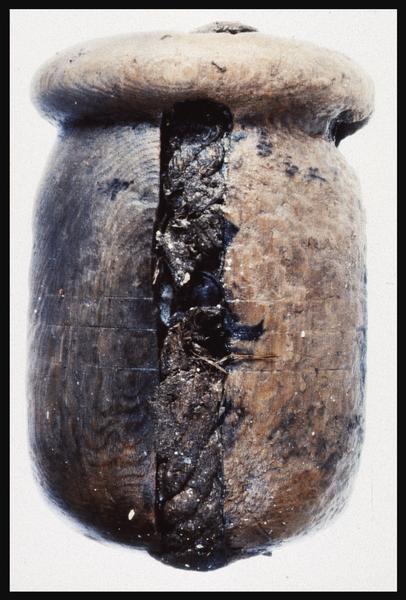 Vue d'une poulie de bois avec reste de cordage (fouille M. L'Hour/Drassm, E. Veyrat/Drassm).