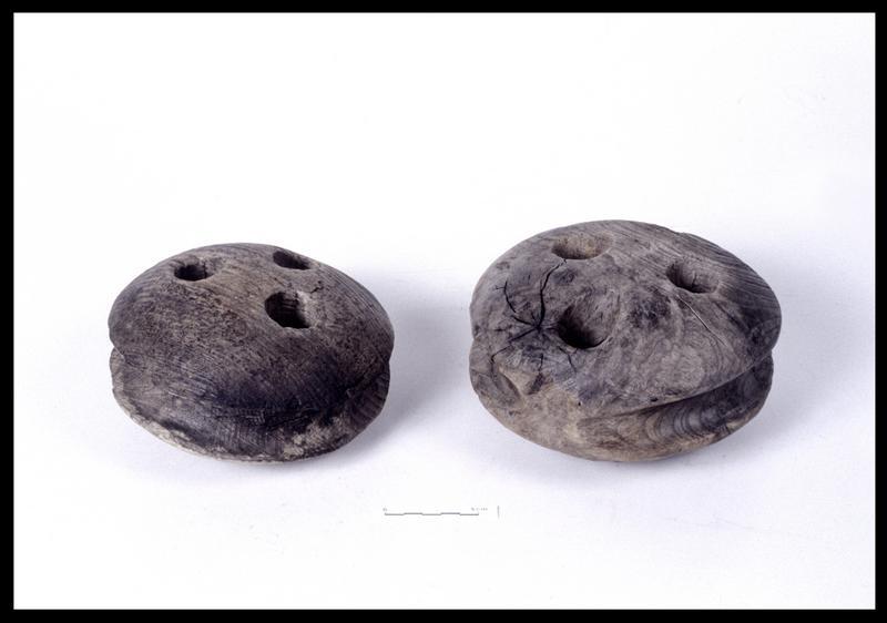 Vue de deux caps de mouton de bois (fouille M. L'Hour/Drassm, E. Veyrat/Drassm).