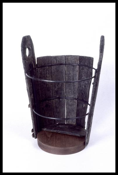 Vue de la restauration d'un seau de bois (fouille M. L'Hour/Drassm, E. Veyrat/Drassm).