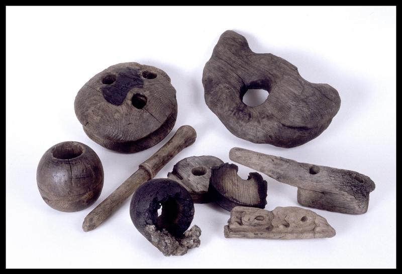 Vue de différents éléments de bois (accastillage, manche et décor) (fouille M. L'Hour/Drassm, E. Veyrat/Drassm).