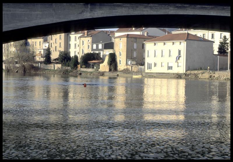 Vue d'une balise de fouille sous le pont (fouille P. Rhomer).
