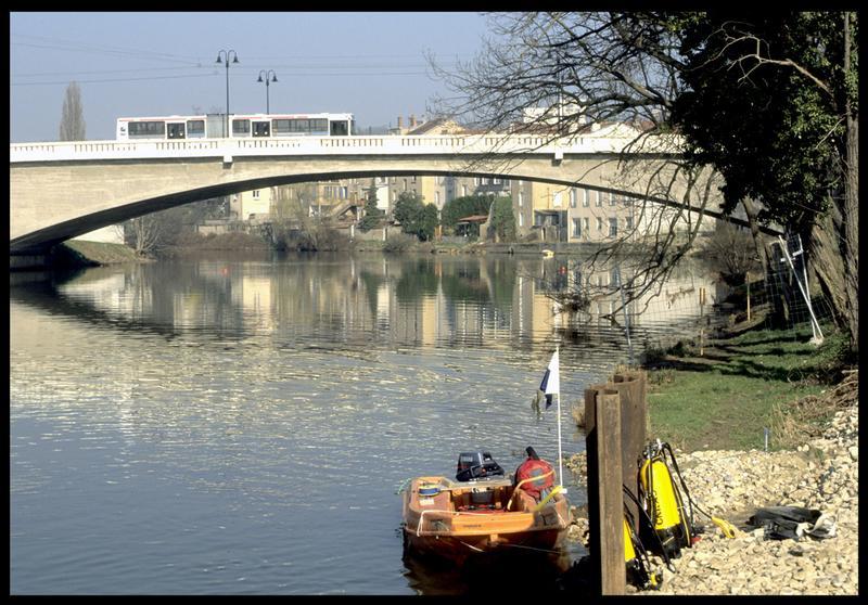 Vue du Newmatic à quai à proximité du pont (fouille P. Rhomer).