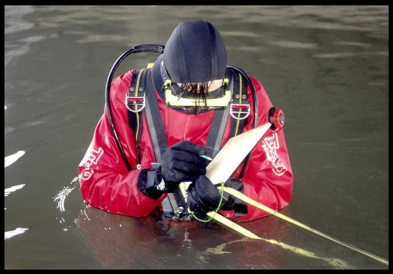 Vue d'un plongeur effectuant des mesures (fouille P. Rhomer).