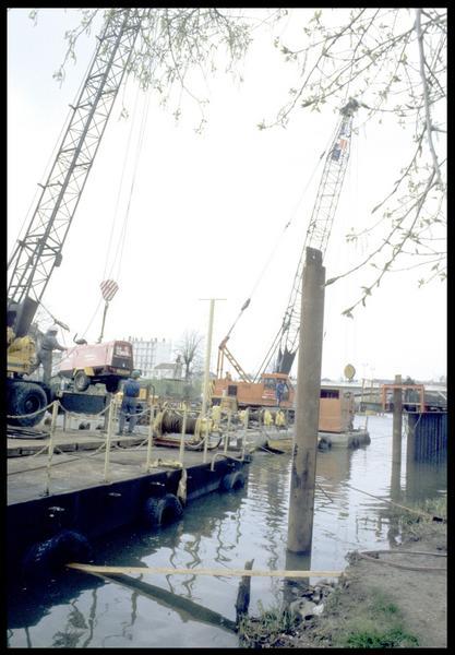Vue des grues sur les pontons (fouille P. Rhomer).