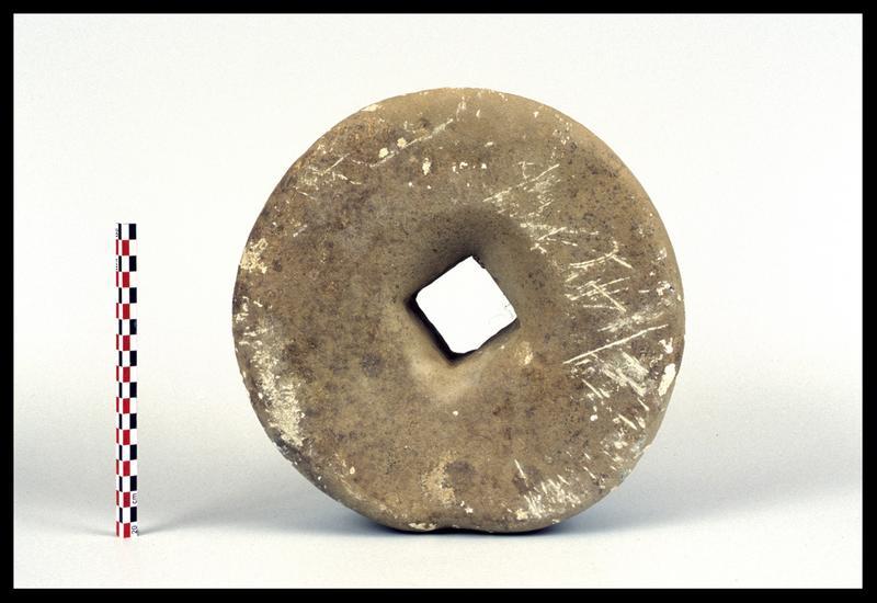 Vue d'une pierre de meule (fouille M. L'Hour/Drassm).