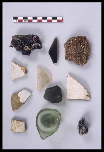 Vue des divers éléments découverts (verre, métal, céramique) (fouille M. L'Hour/Drassm).