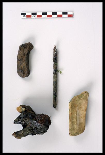 Vue des éléments de céramique et métal découverts (fouille M. L'Hour/Drassm).