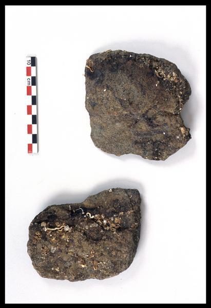Vue de deux fragments de gangue ferreuse (fouille M. L'Hour/Drassm).