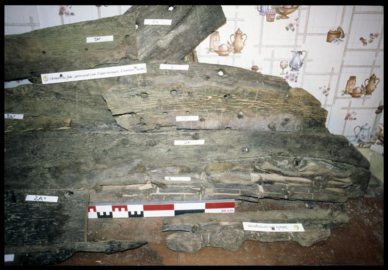 Vue de détail du montage des bois de carène d'une sapine (fouille CNRAS).