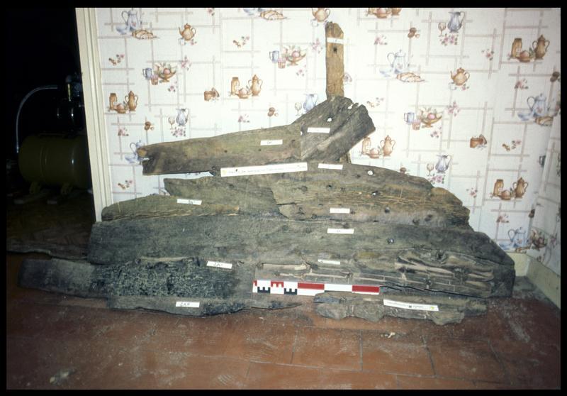 Vue du montage des bois de carène d'une sapine (fouille CNRAS).