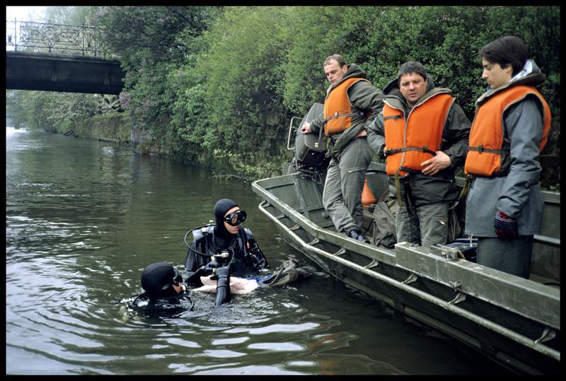 Vue des plongeurs avec la barge de l'armée (fouille P. Grandjean/Drassm).