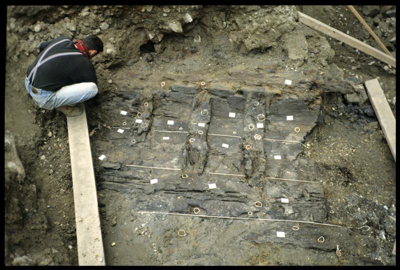 Vue du nettoyage du fragment de carène (fouille SRA Lyon).