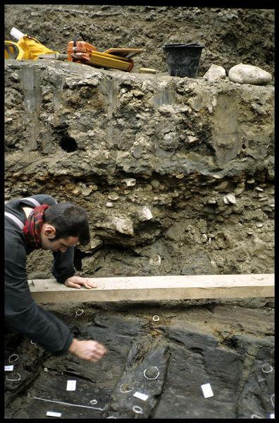 Vue du nettoyage du bois de la carène (fouille SRA Lyon).