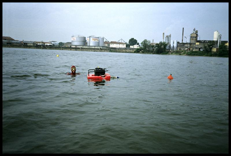 Vue d'un plongeur avec la motopompe flottante sur le site (fouille P. Grandjean/Drassm).