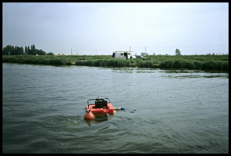Vue de la motopompe flottante sur le site (fouille P. Grandjean/Drassm).