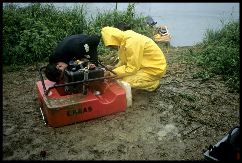 Vue de la réparation d'une motopompe flottante (fouille P. Grandjean/Drassm).