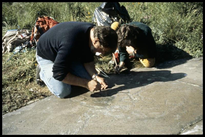 Vue du nettoyage du rocher gravée après la prise d'empreinte (fouille Musée Savoisien).