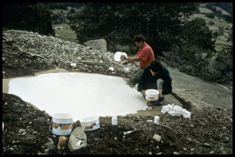 Vue de l'application RTV par coulée sur la roche (fouille Musée Savoisien).