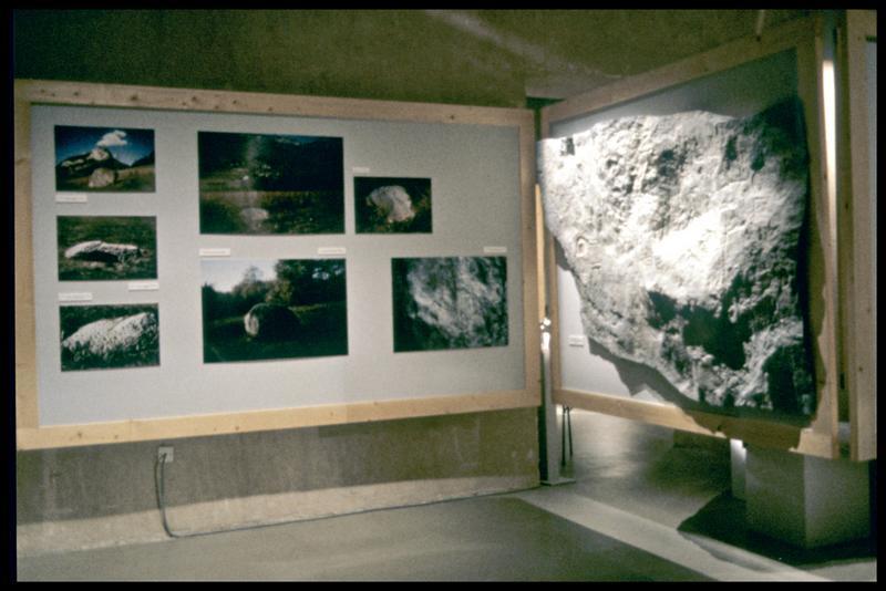 Vue de l'exposition avec photo et moulage du site de Lavours Chantagne (fouille Musée Savoisien).