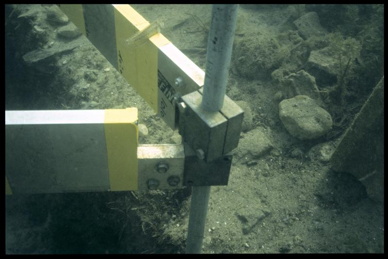 Vue sous-marine de la fixation du gabarit de mesure (fouille A. Marguet/Drassm).