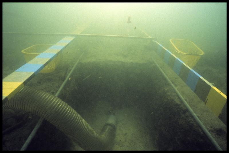 Vue sous-marine de la suceuse à eau dans le sondage (fouille A. Marguet/Drassm).