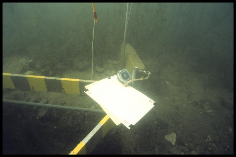 Vue sous-marine de la tablette de relevé (fouille A. Marguet/Drassm).