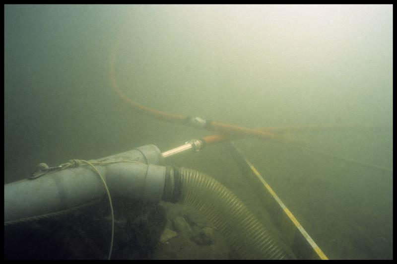 Vue sous-marine de la suceuse à eau (fouille A. Marguet/Drassm).