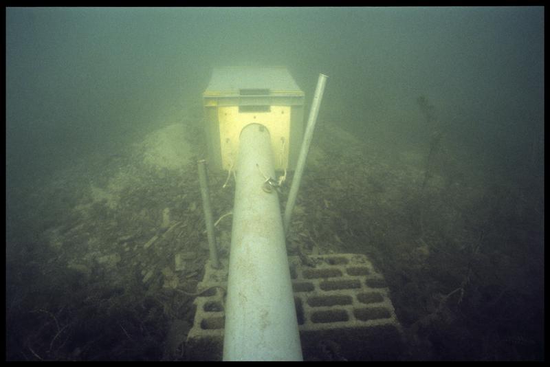 Vue sous-marine de la suceuse et du panier de récupération des déjections (fouille A. Marguet/Drassm).