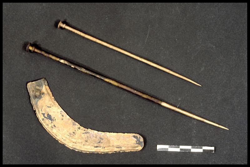 Vue d'une faucille et de deux épingles de bronze (fouille A. Marguet/Drassm).