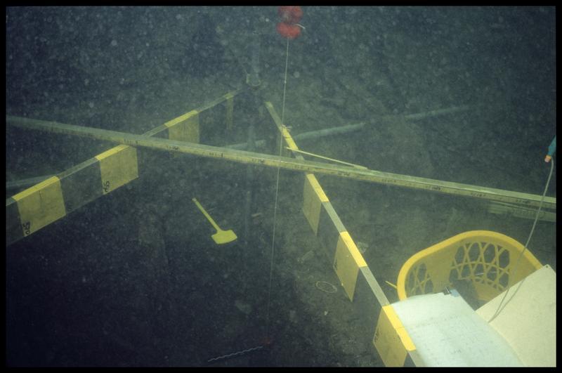 Vue sous-marine des gabarits de mesure sur la zone de fouille (fouille A. Marguet/Drassm).