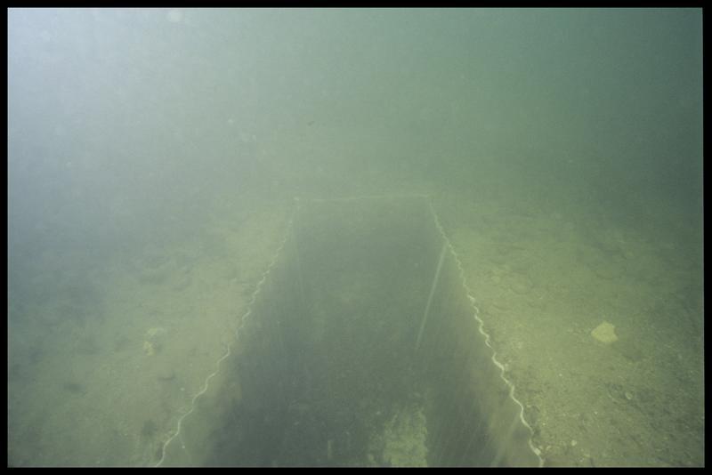 Vue sous-marine de l'ensemble du sondage protégé par les palplanches (fouille A. Marguet/Drassm).