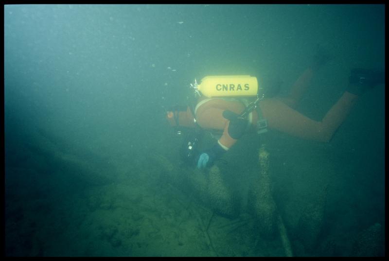 Vue sous-marine d'un plongeur sur les bois de la palissade (fouille A. Marguet/Drassm).