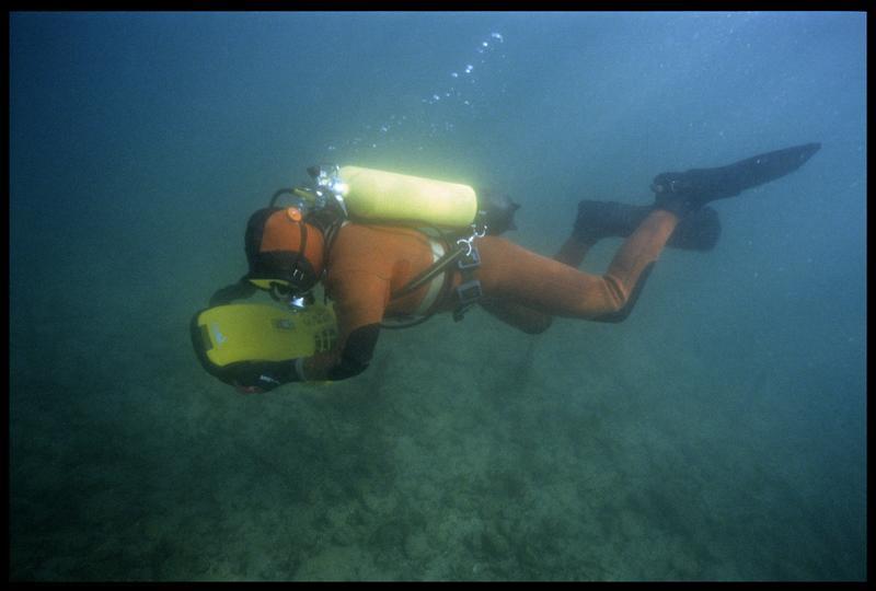 Vue sous-marine d'un plongeur et d'un locoplongeur (fouille A. Marguet/Drassm).