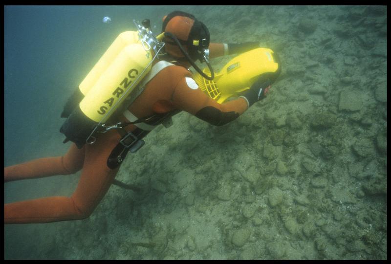 Vue sous-marine d'un plongeur et de son locoplongeur (fouille A. Marguet/Drassm).
