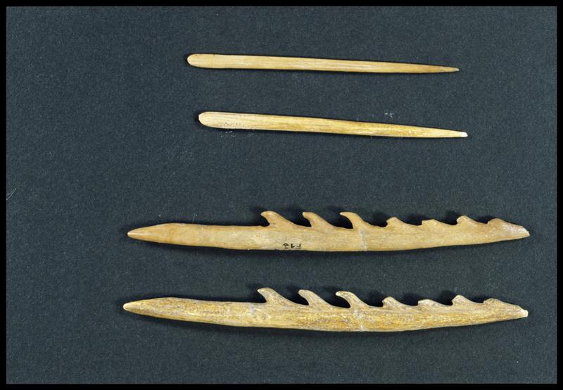 Vue de l'original (en haut) et de la copie d'une aiguille et d'un harpon en os (CNRAS).