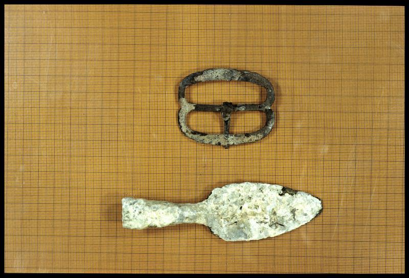 Vue d'une boucle et d'une lance de métal (fouille Dujard).