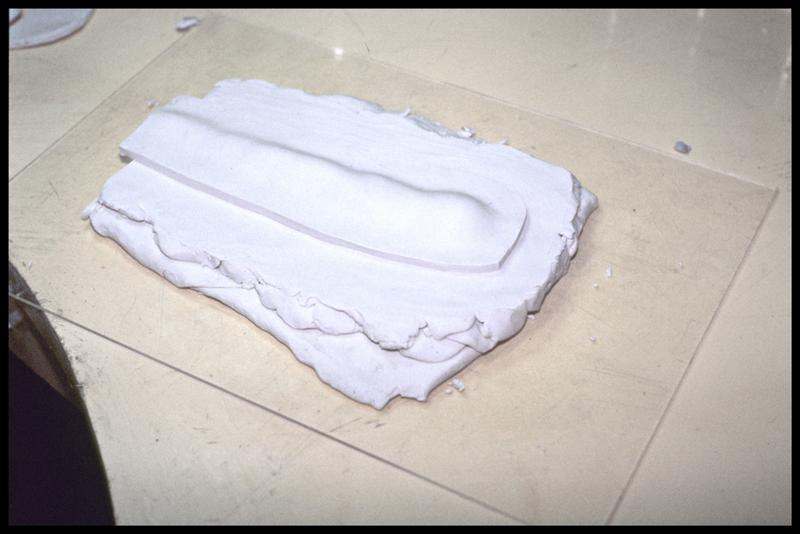 Vue du recouvrement de la pièce par une plaque de plastiline (CNRAS).